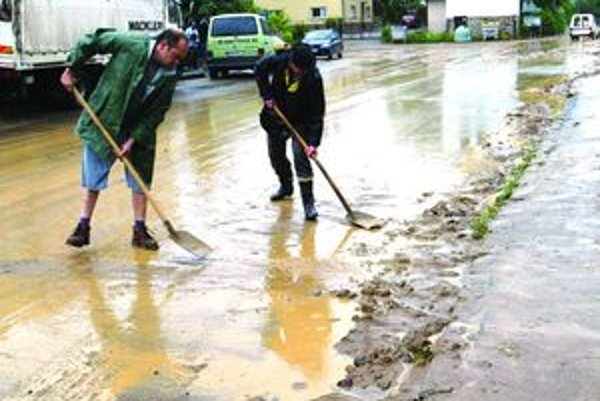 Po intenzívnom daždi ostáva voda na ceste.