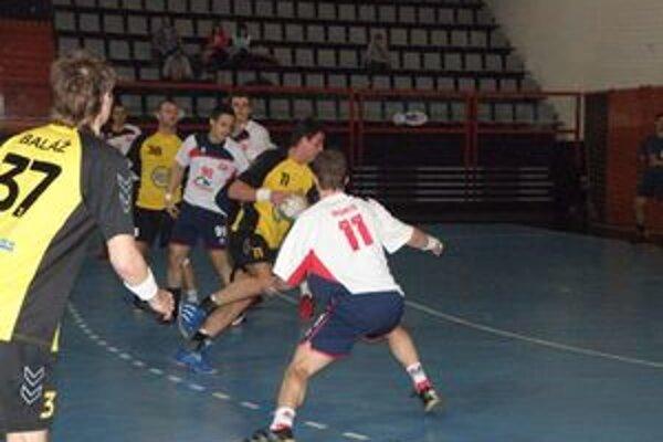 Strapko (v žltom) bol postrachom obrany Pov. Bystrice, keď dal desať gólov. Vpravo ho bráni Ďuriš.
