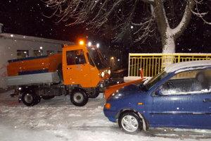 Cestári majú problém prejsť popri odparkovaných autách.