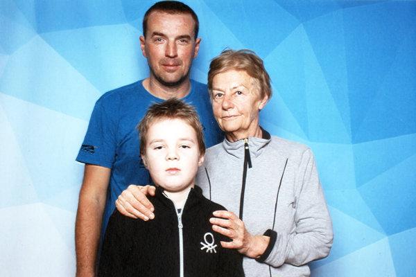 Do plaveckého maratónu sa zapojili všetky generácie. Na snímke organizátor Pavol Peciar a Magda Griesbachová s vnukom.