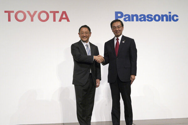 Šéf Toyoty Akio Toyoda (vľavo) a šéf Panasonicu Kazuhiro Tsuga (vpravo).