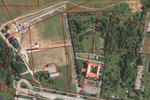 Červené čiary predstavujú hranice v územnom pláne - plocha vľavo je šport a rekreácia, vpravo občianska vybavenosť.