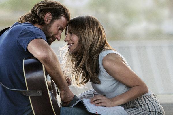 Bradley Cooper a Lady Gaga počas scény z filmu Zrodila sa hviezda (A Star is Born).