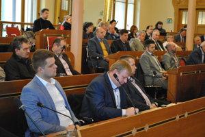 Hostia v publiku pozorne počúvajú.