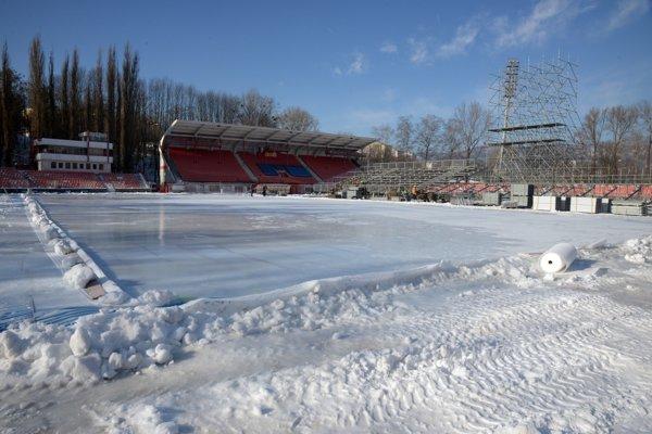 Príprava tribúny a ľadovej plochy počas výstavby na jedinečné hokejové zápasy Winter Classic Games 2019.