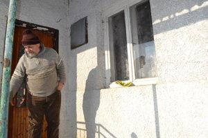 Sused cez ulicu Vladimír Mikloš ukazuje, kde muža našli.