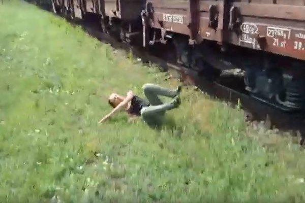 Viacero hazardérov na železnici nemalo v kritickej situácii toľko šťastia ako youtuberka z Košíc.