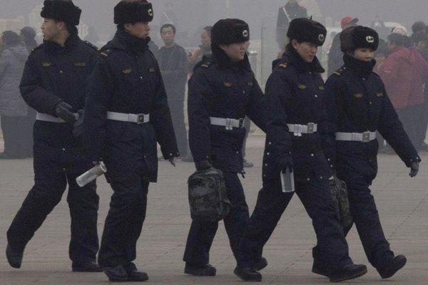 Príslušníci čínskej polície.