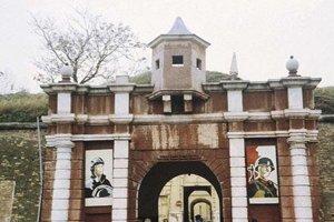 Vstupná brána pevnosti z čias, keď v nej sídlila okupačná sovietska armáda.