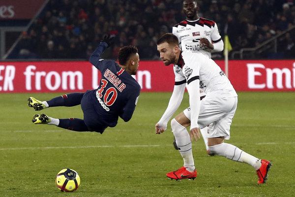 Neymar má zranenú nohu.
