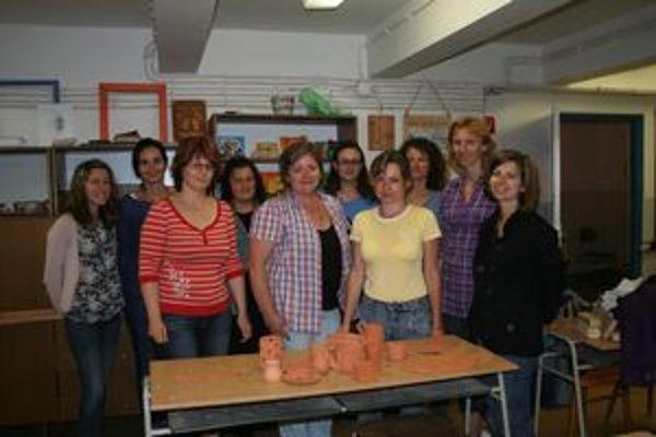 Časť účastníčok kurzu keramiky s lektorkou Dagmar Hatiarovou (druhá sprava).