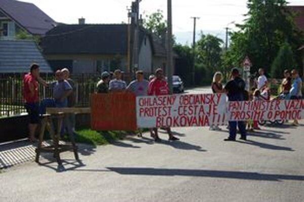 Pred niekoľkými týždňami obyvatelia zablokovali ulicu, aby upozornili na prejazd nákladných áut cez ňu. Ohrozovali ich deti i majetok. Podarilo sa. Autá už po ulici nejazdia.
