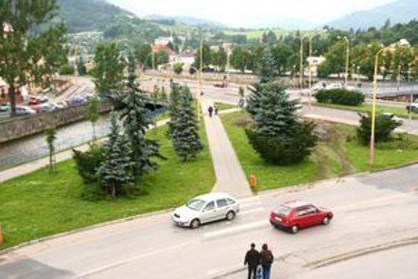 Na tomto pozemku chcela firma stavať parkovisko, po troch mesiacoch zmenila zámer výstavby na čerpaciu stanicu.