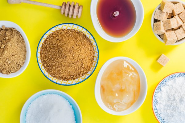 Hnedý cukor, biely cukor, sladidlá alebo med?