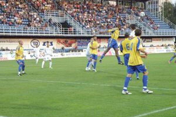 Kamerunčan Koejoe (vo výskoku) dal jediný gól D. Stredy, no na výhru to nestačilo.
