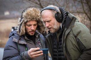 Režisér Peter Bebjak (vpravo) pri nakrúcaní Trhliny.