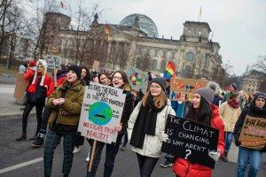 Školáci v Berlíne protestujú proti ťažbe uhlia.