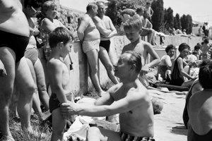 Alexander Dubček v roku 1968 na kúpalisku v Santovke.