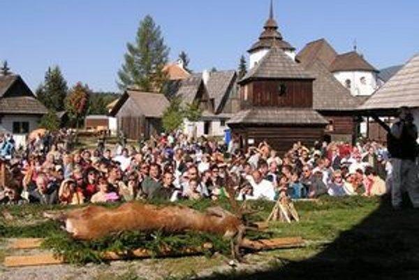 Akt pasovania lovca jelenej zveri.