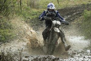Daždivé počasie trať poriadne rozmočilo, blato spôsobovalo kolízie a pády.