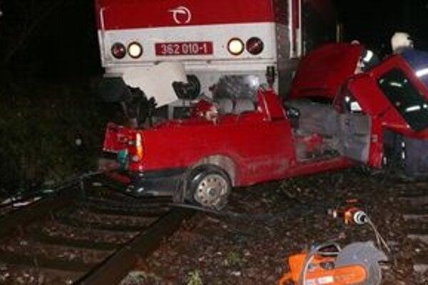 Vlak tlačil muža v aute niekoľko metrov