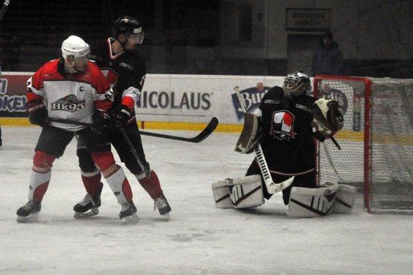 Pov. Bystrica (v bielom) hrala v Bratislave s Osmosom.