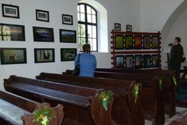 Výstavu fotografií s prírodnou tematikou usporiadali pri príležitosti otvorenia zrekonštruovaného kostolíka v osade Čierny Váh.