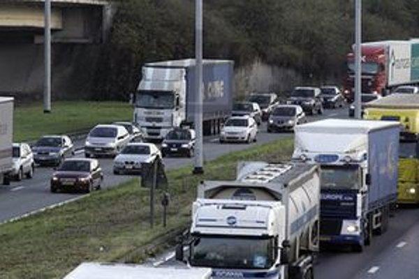 Vodiči, ktorí prechádzajú ráno Demänovskou cestou musia mať pevné nervy.