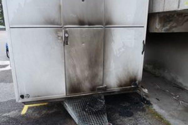 Na stánku obhoreli dvere a zadná časť.