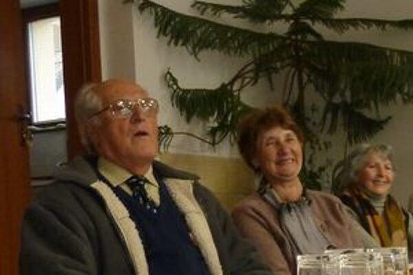 Najstarší obyvatelia Vavrišovo so záujmom sledovali vystúpenie škôlkarov.