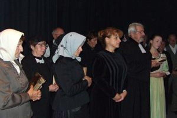 Herci vystupovali v dobových kostýmoch.