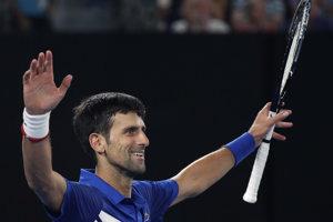 Novak Djokovič dvíha ruky nad hlavu po finálovom triumfe.