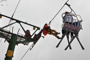 Horskí záchranár sa blíži ku lyžiarom.