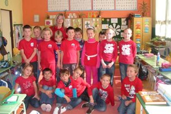 Žiaci v červenom oblečení získavali energiu z červeného ovocia a zeleniny.
