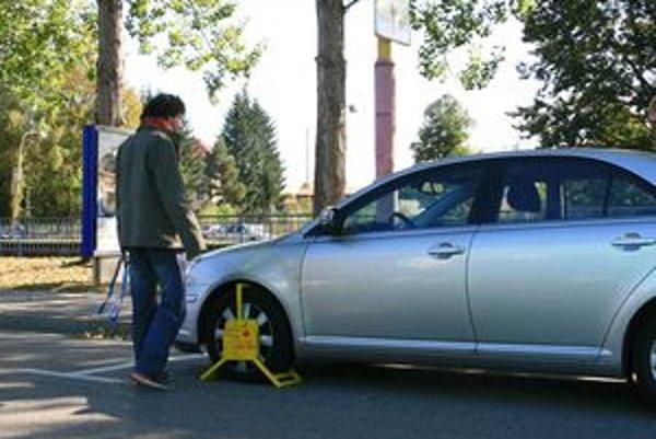 Mestskí policajti najskôr vodičov bez parkovacieho lístka napomínali, neskôr im začali dávať papuče.