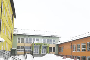 Rozsiahly školský komplex má už z väčšej časti obnovenú krytinu na strechách väčšiny budov.