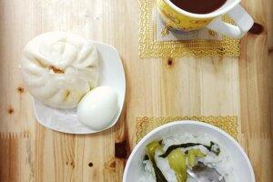 Typické raňajky: ryžová kaša a parená buchtička s mäsovou náplňou