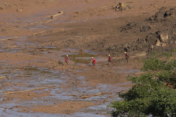 Záchranári prehľadávajú územie, ktoré zaplavila voda z nádrže pri brazílskom meste Brumadinho.