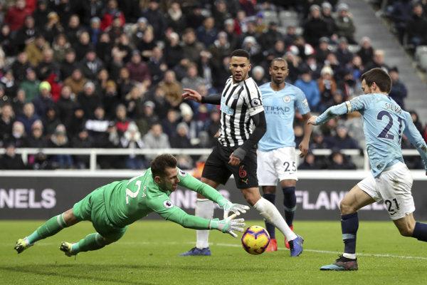Martin Dúbravka v zápase Newcastle - Manchester City.