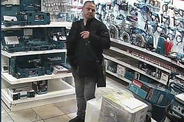 Podozrivý z krádeže je tento muž.