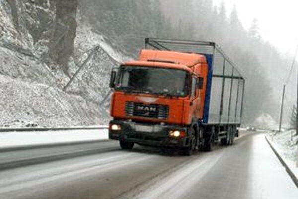 Meteorológovia upozorňujú, že prvé sneženie by mohlo prísť už dnes v noci.