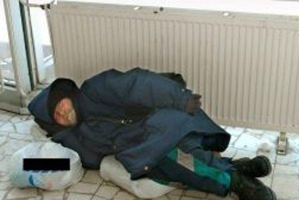 Bezdomovcom umožnili prespávať na staniciach.