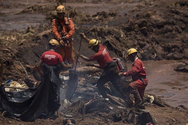 Záchranári prehľadávajú nánosy bahna.