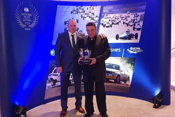 Miro Čiliak (vpravo) so šéfom svojho tímu Petrom Ambrúzom pri odovzdávaní cien FIA v Paríži.