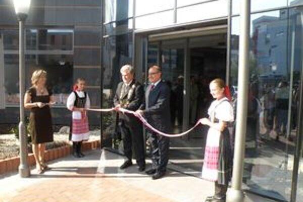 Župan Sedláček pri otáraní novej budovy TSK.