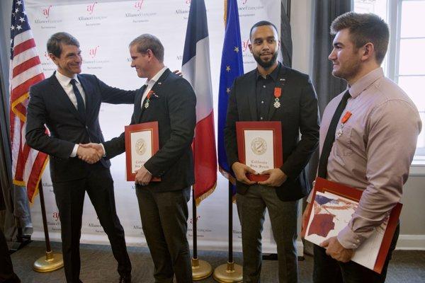 Anthony Sadler, Alek Skarlatos a Spencer Stone a francúzsky generálny konzul Emmanuel Lebrun-Damiens.