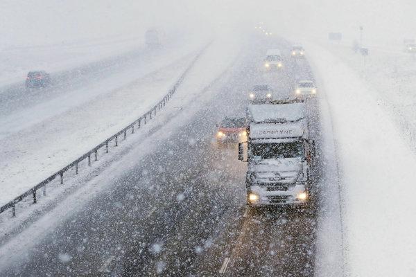 Spomalená premávka na diaľnici M6 počas hustého sneženia pri dedine Shap v Cumbrii na severozápade Anglicka.