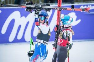 Petra Vlhová a Mikaela Schiffrinová v cieli obrovského slalomu žien v Maribore.