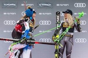 Petra Vlhová a Mikaela Schiffrinová a Ragnhild Mowinckelová v cieli obrovského slalomu žien v Maribore.