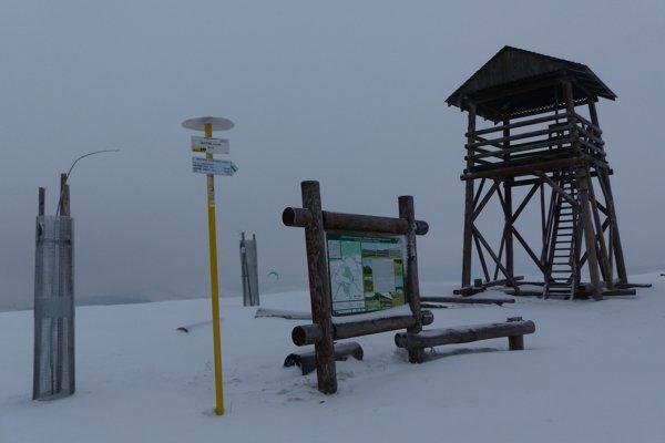 Rozhľadňa na kopci Žalostiná v západnej časti Chránenej krajinnej oblasti Biele Karpaty na rozhraní katastrov obcí Vrbovce a Chvojnica